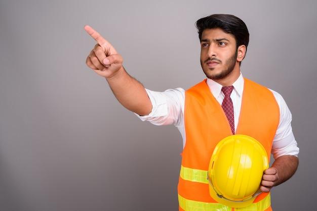 Portrait de l'homme indien travailleur de la construction homme d'affaires doigt pointé