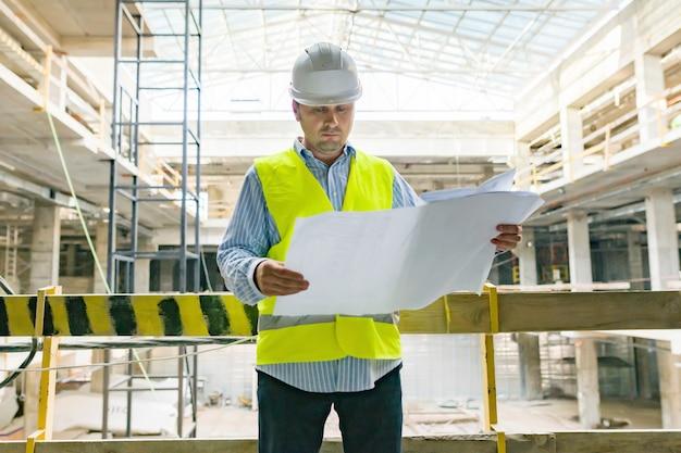 Portrait d'un homme ingénieur au chantier de construction.