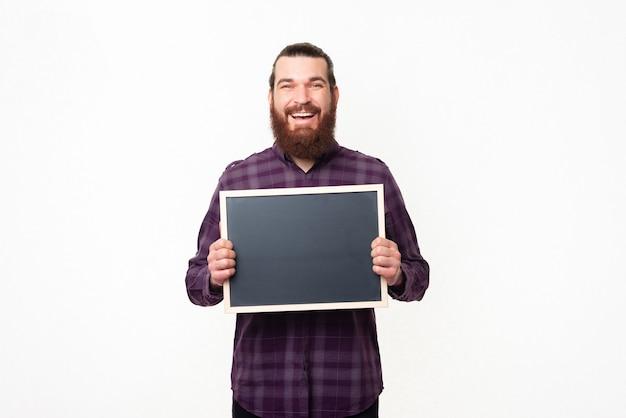 Portrait d'homme joyeux avec barbe en tenue décontractée tableau noir