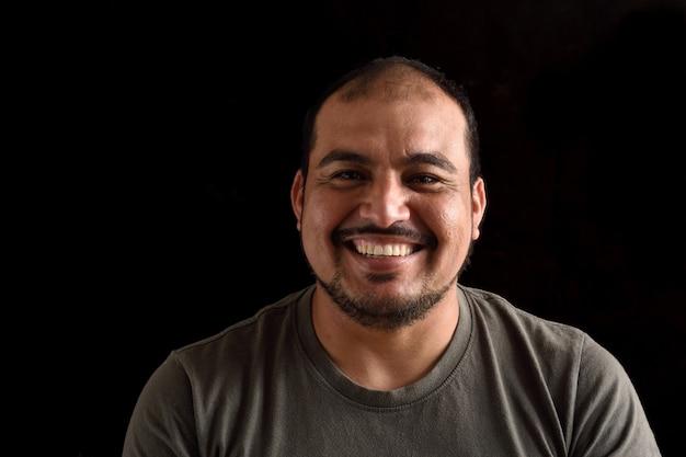 Portrait d'un homme latin sur fond noir