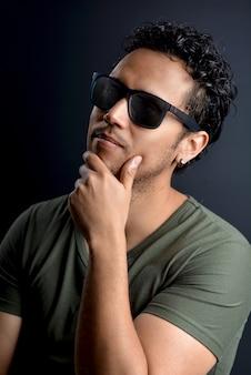 Portrait d'un homme latin sexy avec des lunettes de soleil