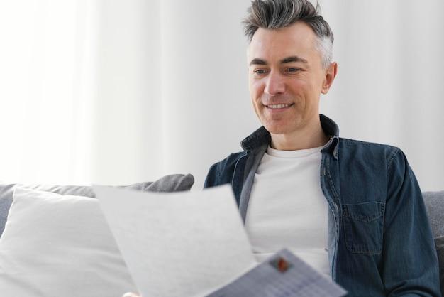 Portrait homme lisant une lettre