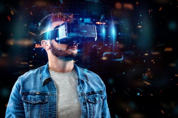Portrait d'un homme avec des lunettes de réalité virtuelle, vr, interagit avec un écran virtuel.