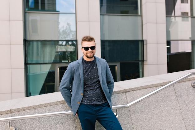 Portrait d'homme à lunettes de soleil posant
