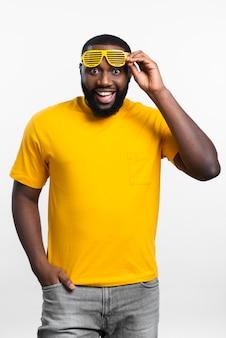 Portrait, homme, lunettes soleil