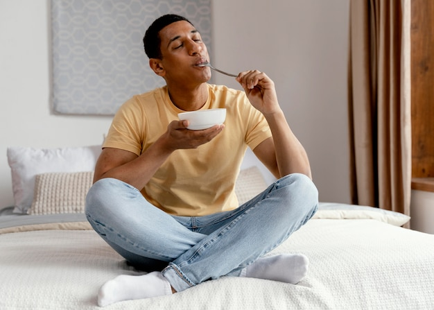 Portrait homme à la maison en train de manger