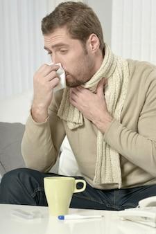 Portrait d'homme malade buvant du thé de guérison chaud