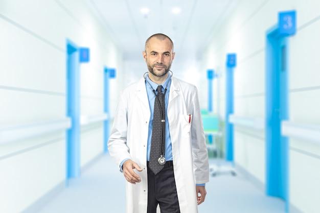 Portrait d'un homme marchant dans les allées d'un hôpital.