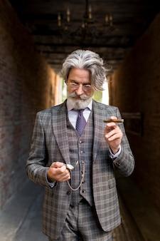 Portrait d'homme mature élégant posant