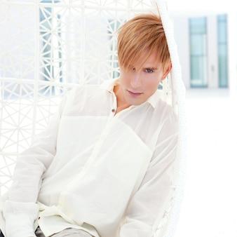 Portrait d'homme moderne blond en terrasse d'été inspiration de vampire