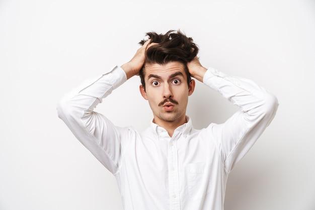 Portrait d'homme moustachu stressé portant une chemise à l'avant et saisissant sa tête isolé sur blanc