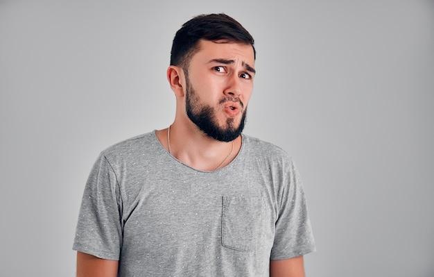 Portrait d'un homme mûr avec une barbe et une moustache à la suspicion. la personne lève les sourcils et ne croit pas vraiment aux mots qu'elle entend, l'air un peu sombre