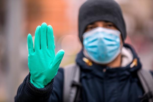 Portrait d'homme mûr, disant non à l'infection à coronavirus avec le port d'un masque chirurgical médical