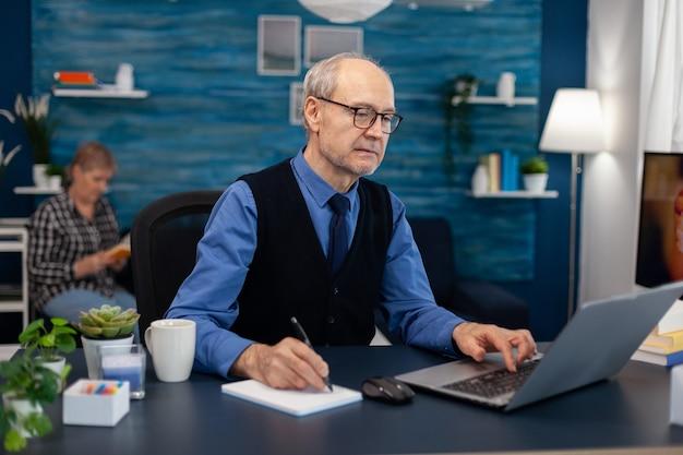 Portrait d'homme mûr faisant de la navigation sur le web