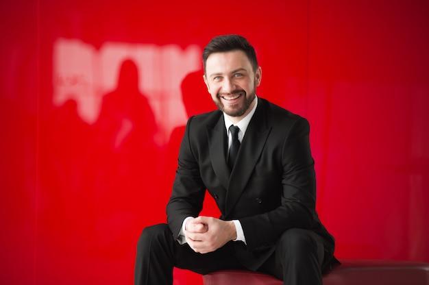 Portrait d'homme, mur rouge