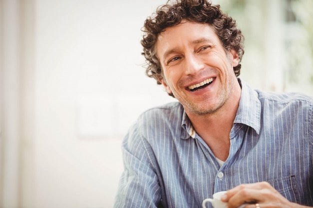 Portrait, homme mûr, sourire, chez soi