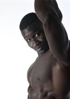 Portrait d'un homme musclé sur fond blanc