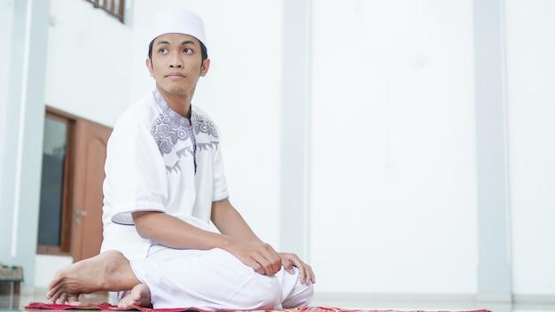 Un portrait d'un homme musulman asiatique prier à la mosquée, le nom de prier est sholat, ce qui concerne la fin de sholat
