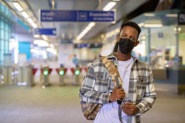 Portrait d'un homme noir africain à l'extérieur en ville pendant l'été tir horizontal