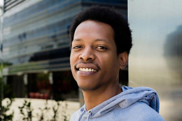 Portrait d'un homme noir en milieu urbain.