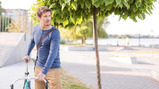 Portrait d'homme occasionnel posant à l'extérieur