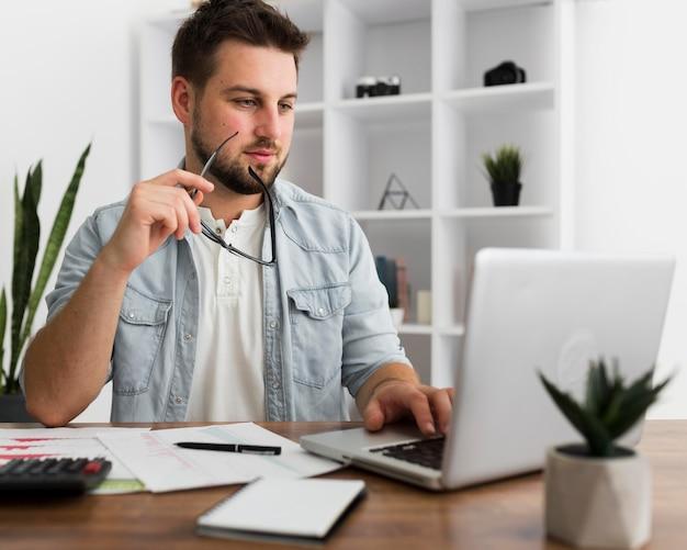 Portrait d'homme occasionnel travaillant à domicile