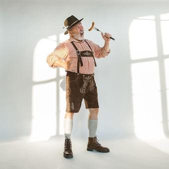 Portrait de l'homme de l'oktoberfest, portant les vêtements traditionnels bavarois