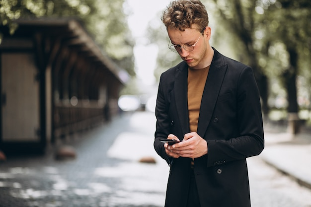 Portrait d'un homme parlant au téléphone