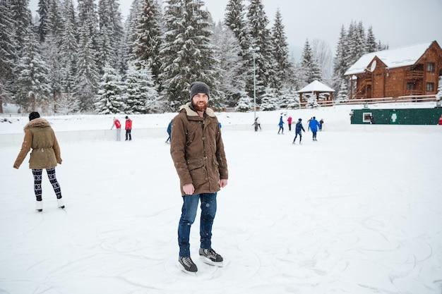 Portrait, de, a, homme, patinage glace, dehors