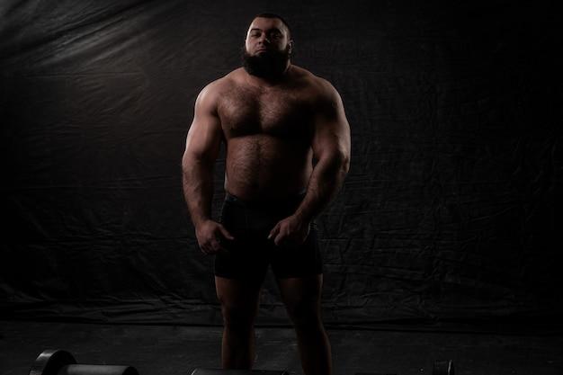 Portrait d'un homme physiquement fort avec une barbe
