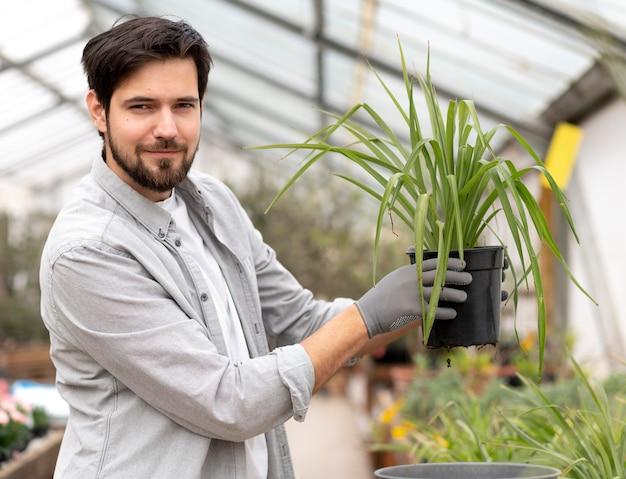 Portrait homme de plus en plus de plantes