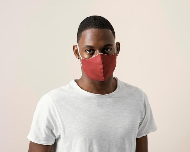 Portrait d'un homme portant un masque facial