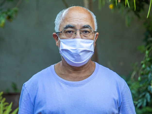 Portrait d'un homme portant un masque médical