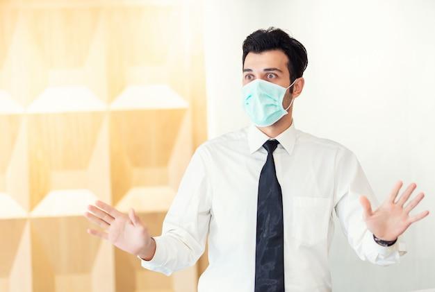Portrait d'un homme portant un masque de protection pour se protéger de la pollution atmosphérique, de la sensibilisation à l'environnement et de l'éclosion de coronavirus covid-19
