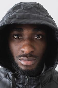 Portrait d'homme portant un sweat à capuche