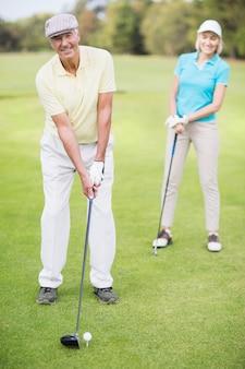 Portrait, de, homme, pose, golf