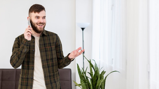 Portrait d'un homme positif, parler au téléphone