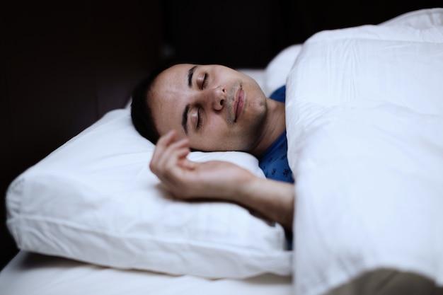 Portrait d'un homme profondément endormi dans sa chambre