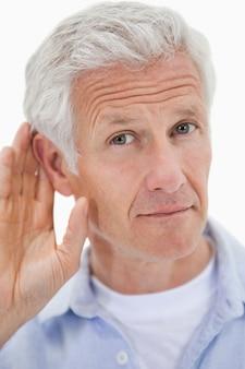 Portrait d'un homme qui donne l'oreille