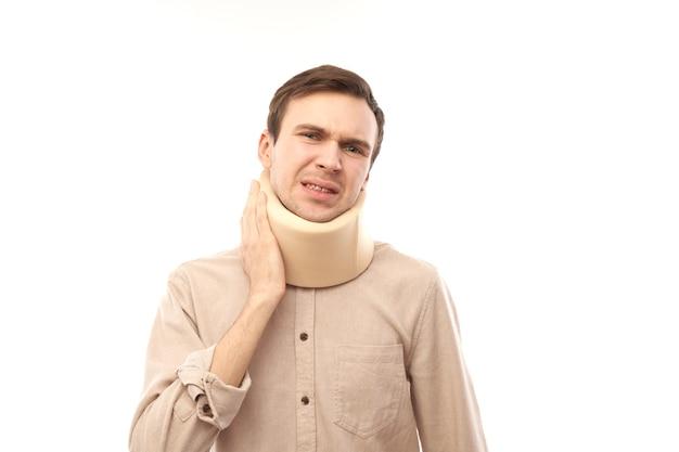 Portrait d'un homme de race blanche avec une blessure au cou souffrant de douleur isolée