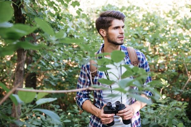 Portrait d'homme randonneur en forêt