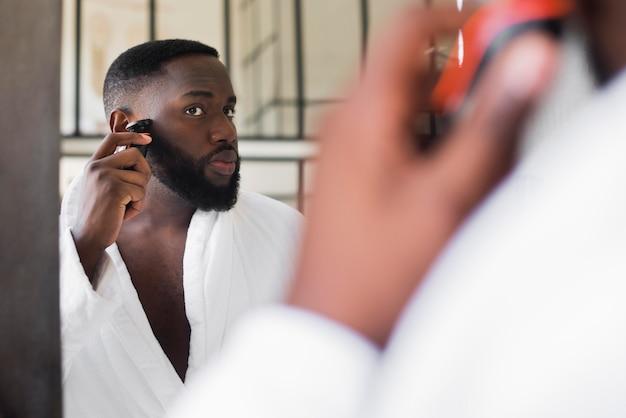 Portrait d'homme rasant sa barbe