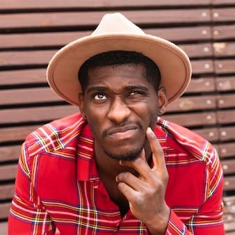 Portrait d'homme regardant et pensant