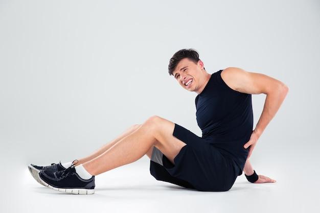 Portrait d'un homme de remise en forme ayant des maux de dos isolés