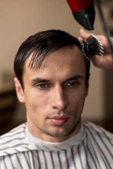 Portrait d'un homme se faisant couper les cheveux