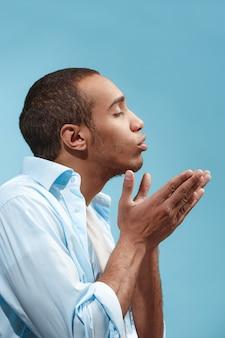 Portrait d'un homme séduisant avec baiser isolé sur bleu