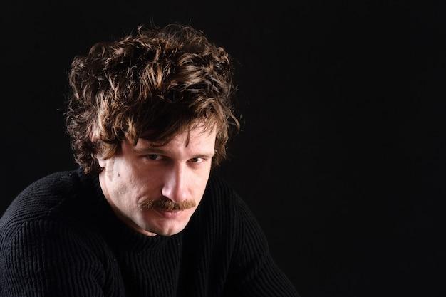 Portrait d'un homme séduisant sur fond noir