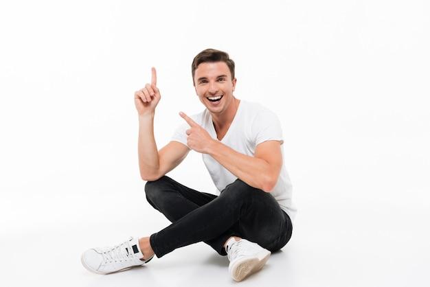 Portrait d'un homme séduisant heureux en t-shirt blanc