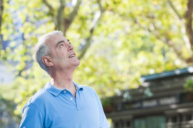 Portrait d'homme senior au parc