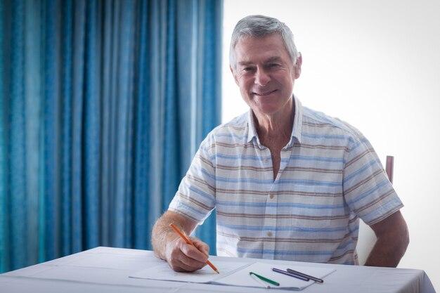 Portrait d'homme senior dessin dans le livre de dessin